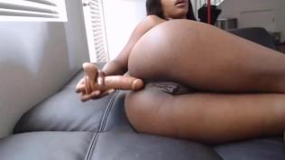 दो डिल्डो के साथ काली गर्म लड़की