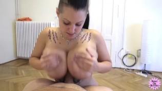 सही बड़े प्राकृतिक स्तन मुझे एक संभोग सुख दे