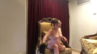 सेक्सी गलफुल्ला श्यामला पेशेवर फोटोशूट के लिए नग्न नीचे स्ट्रिप्स