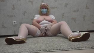 बड़े के साथ परिपक्व नर्स