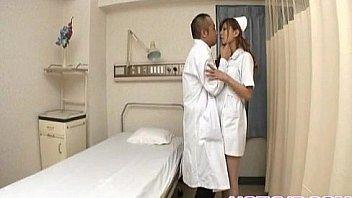 अया हॉट नर्स ने यूनिफॉर्म को चूस लिया