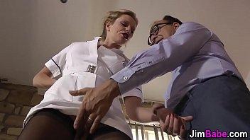 ब्रिटिश नर्स मौखिक सेक्स हो जाता है