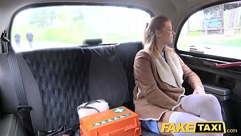 सेक्सी अधोवस्त्र में नर्स कार सेक्स है