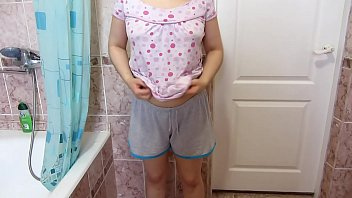 लड़की खुद को गुदा फिस्टिंग बनाती है और उसे गैपिंग गधा दिखाती है